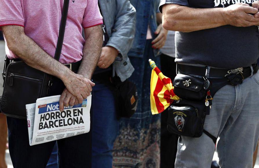 Barcelonan terrori-isku on järkyttänyt koko Espanjaa. Pamplonassa surija piteli kädessään Katalonian raitalippua.