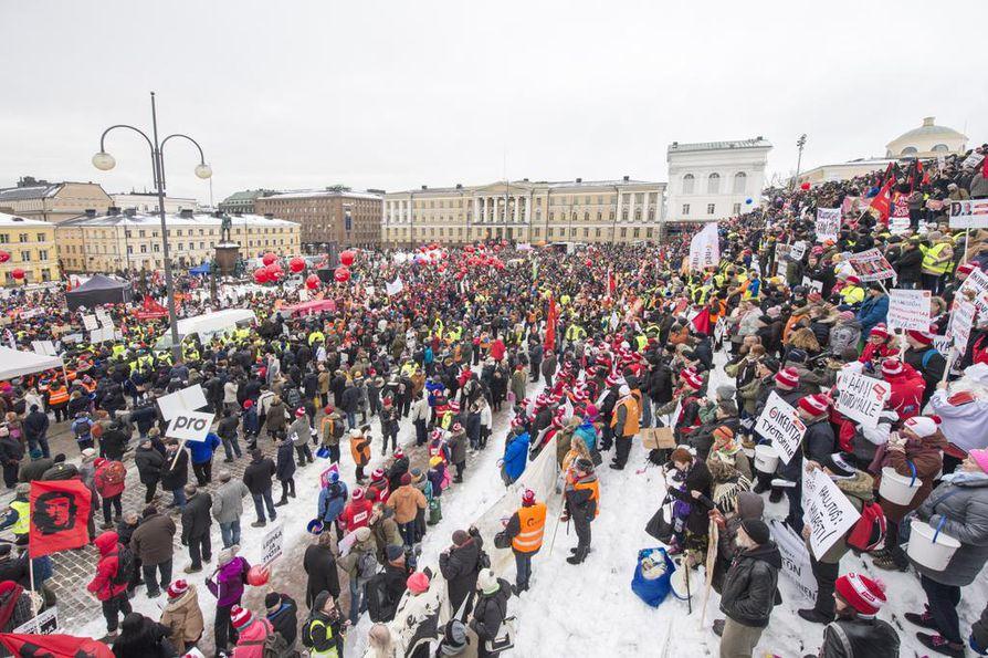 Hallituksen ja ay-liikkeen välit ovat olleet moneen kertaan koetuksella viime vuosina. Aktiivimallin vastustajat osoittivat mieltään Ääni työttömälle -mielenosoituksessa helmikuussa 2018.