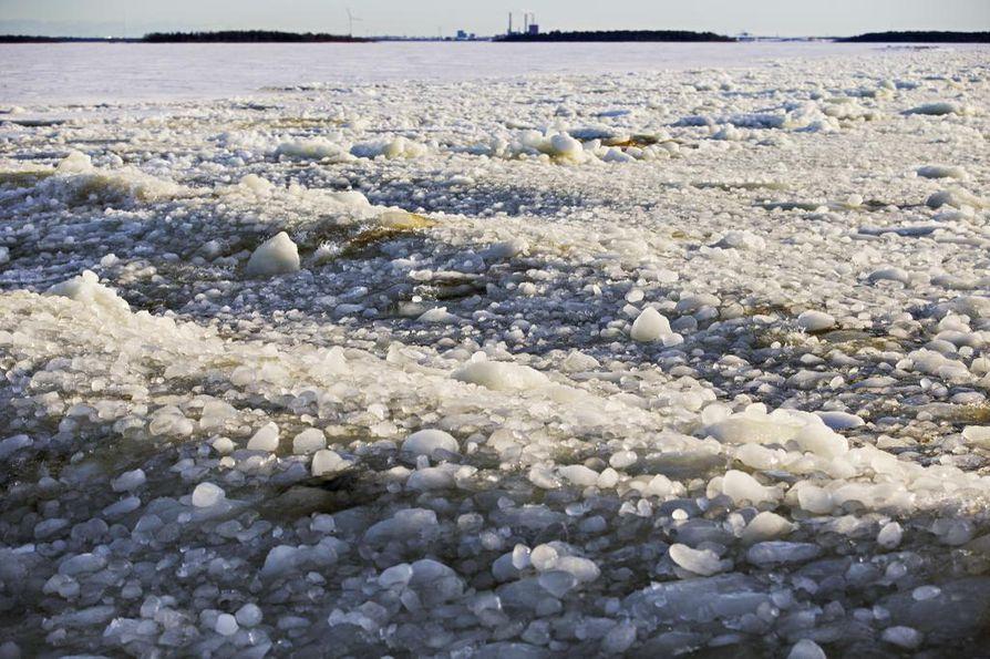 Lapissa jäällä voi jo huoletta kulkea, mutta muualla on Kainuuta myöten syytä varovaisuuteen. Arkistokuva.