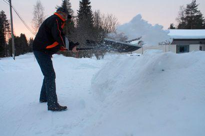 Pihaliittymien puhdistus puhuttaa vuodesta toiseen – onko Kokko-Jussin pullauttaja ratkaisu lumitöihin?