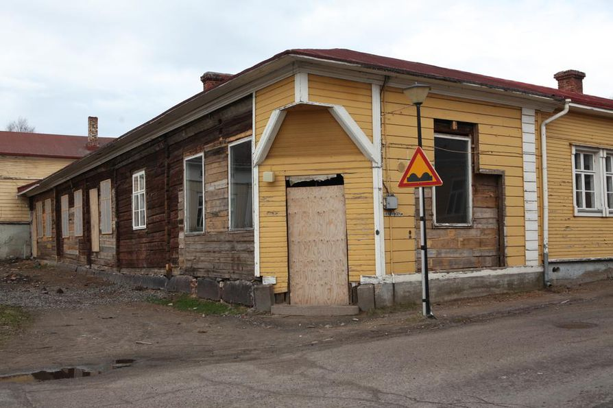 Uudet omistajat aikovat kunnostaa rakennuksesta pihapiireineen historiallisen kokonaisuuden.