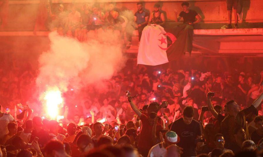 Ranskan sisäministeriön mukaan 282 ihmistä jouduttiin pidättämään levottomuuksien takia Algerian loppuottelupaikan varmistuttua myöhään sunnuntaina.