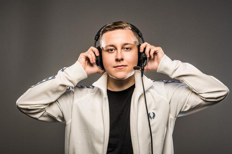 MrJallu101-nimellä tunnettu pelaaja ja tubettaja Aleksi Koli juontaa lähes kaksituntista suoraa viihteellistä peliohjelmaa.
