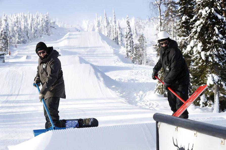 Uusiseelantilaiset Matt Slocombe ja Dylan Sutton ovat suunnitelleet Syötteen snowparkin.