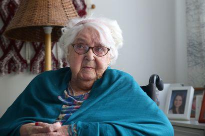 Satavuotias Paula Vahtola on aina ollut positiivinen, vaikka hän on elänyt sota-ajat ja kokenut aviomiehen kuoleman kaksi kertaa