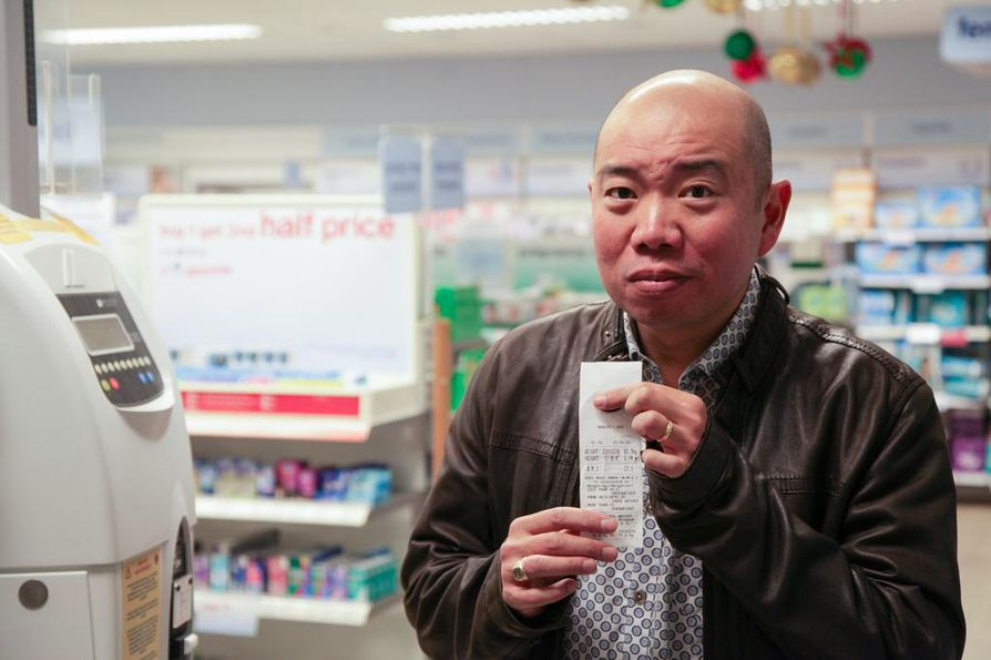 Perinnöllisyystieteilijä Giles Yeo selvittää oman painoindeksinsä kaupan nurkassa olevalla kolikkoautomaatilla. Lukema yllättää hänet.