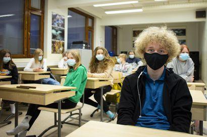 """Kouluissa jaetaan oppilaille kolme maskia päivässä, ja käytäntö on otettu pääsääntöisesti hyvin vastaan: """"Julkisessa liikenteessä toivotaan oppilailta ryhtiliikettä"""""""