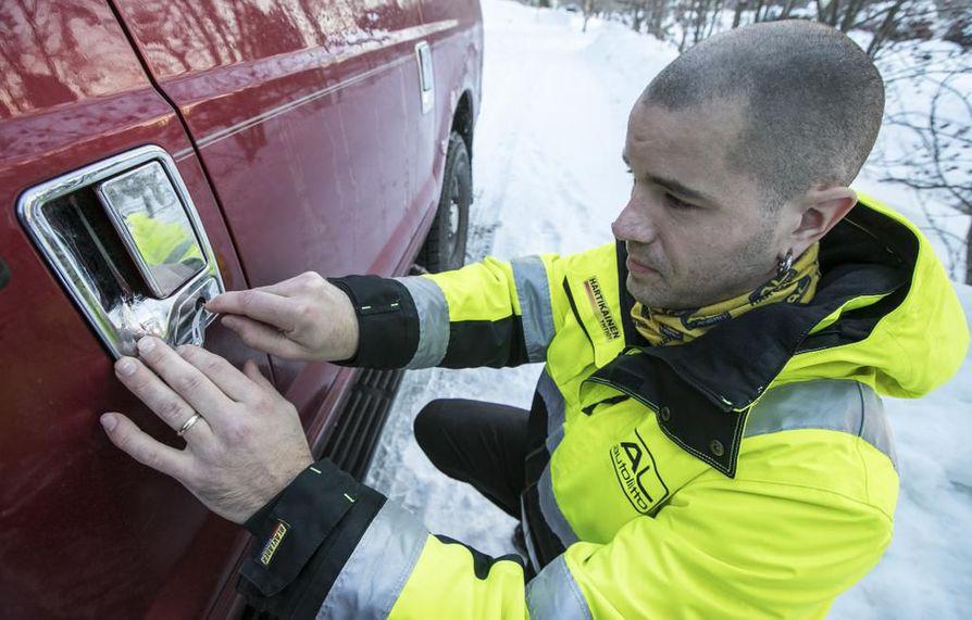 Talvella ei kannata laittaa käynnissä olevan auton ovea kiinni kun tulee ulos autosta, sillä ovet saattavat mennä lukkoon. Hälytyksiä lukkoon menneistä ovista tulee lähes päivittäin, kertoo lukkospesialisti Antti Hartikainen.