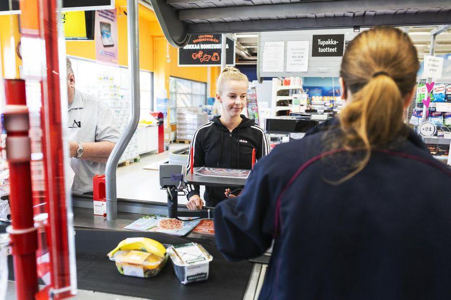 Lähihoitaja Minna Piirainen osti eväitä iltavuoroon. Työpaikalla oli puhuttu supervoitosta heti lauantaina.