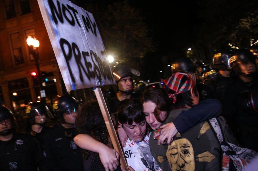 Trumpin valinta Yhdysvaltain presidentiksi aiheutti mielenosoituksia, jotka jatkuivat vielä torstai-iltana varsinkin maan länsi- ja itärannikolla.
