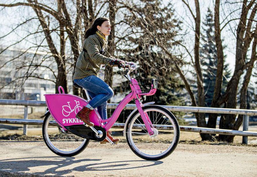 Sykkeliä testannut aktiivipyöräilijä Salla Kangas kehuu kaupunkipyörän ajo-ominaisuuksia hyviksi. Hän pitää kaupunkipyöräjärjestelmää hyvän lisänä Oulun liikennevälinetarjontaan.