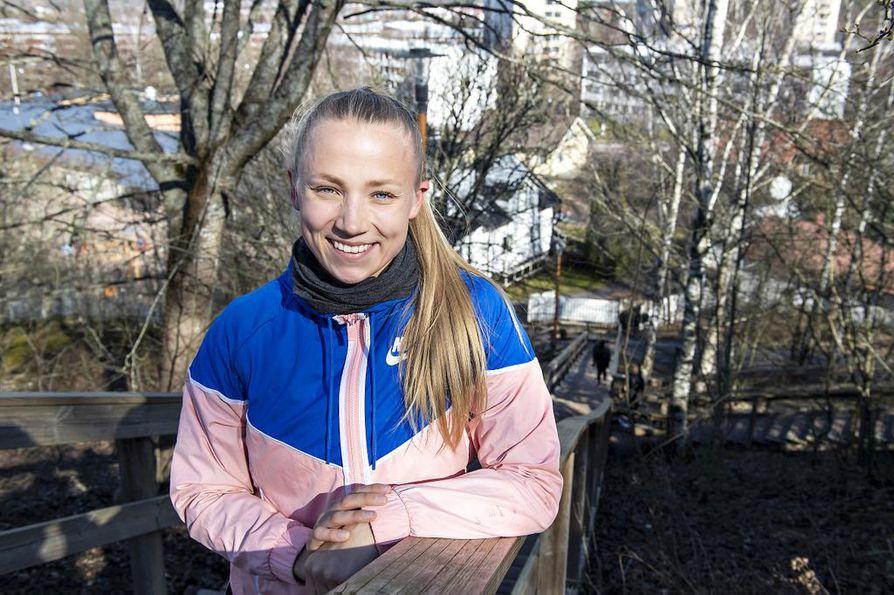 Torstaina Titta Keinänen kävi tekemässä kevyen harjoituksen Kuuvuoren portaissa Turussa.
