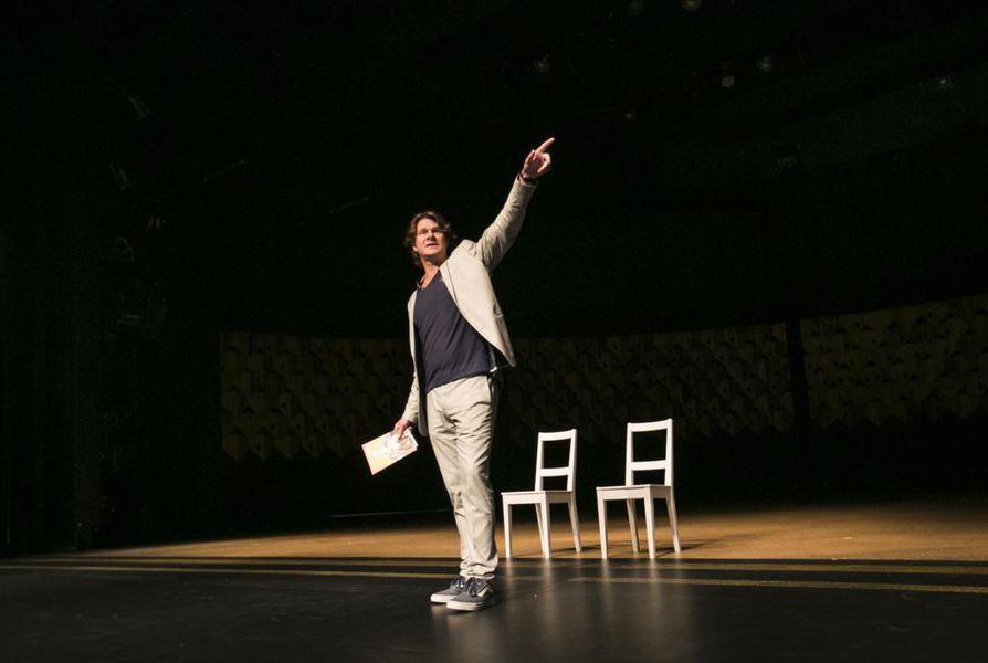 Kari-Pekka Toivonen kokee voineensa tehdä Oulussa näyttävää ja elämyksellistä teatteria. Viime vuonna teatterin hallituksen vaihduttua alkoi hänen mielestään kuitenkin taantumuksen aika.