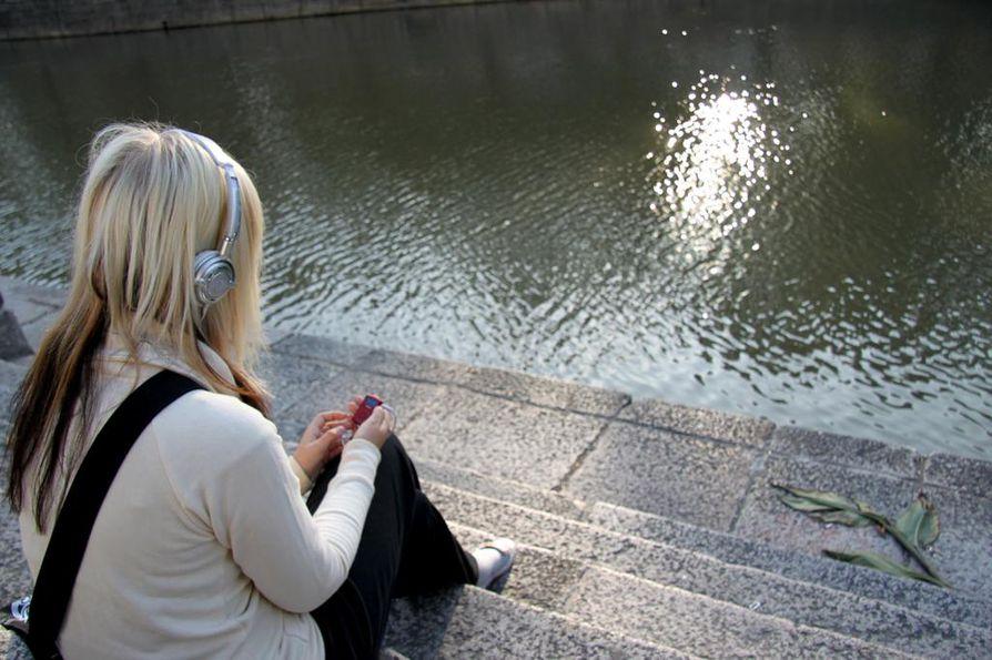 Lasten ja uorten puhelimeen tuli viime vuonna yli 36 000 puhelua, ja chatin kautta yli 1 400 yhteydenottoa. Yleisin puheenaihe oli yksinäisyys, mutta yhä useampi haluaa puhua aikuisen kanssa esimerkiksi itsetuhoisista ajatuksistaan.