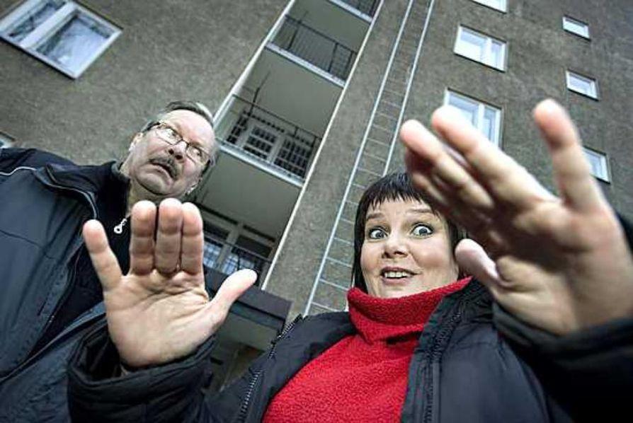 """Näyttelijäpariskunta Saarela & Mällinen asuvat saman katon alla. ja yhteisistä lapsista nuorimmainenkin on jo teini-ikäinen. """"Äidillä on nyt vihdoin omaa aikaa. Välillä täytyy huhuilla: """"Hei äiti täällä, tarvitseeko minua kukaan"""", nauraa Sari Mällinen vieressään aviomies Erkki Saarela."""