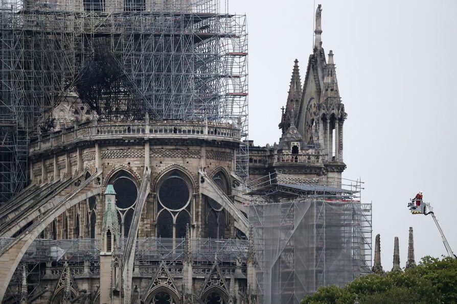 Rakennustelineet ympäröivät Pariisin Notre Damen katedraalia, joka syttyi tuleen maanantai-iltana. Palolaitos arvioi, että remontilla on yhteys tulipaloon.