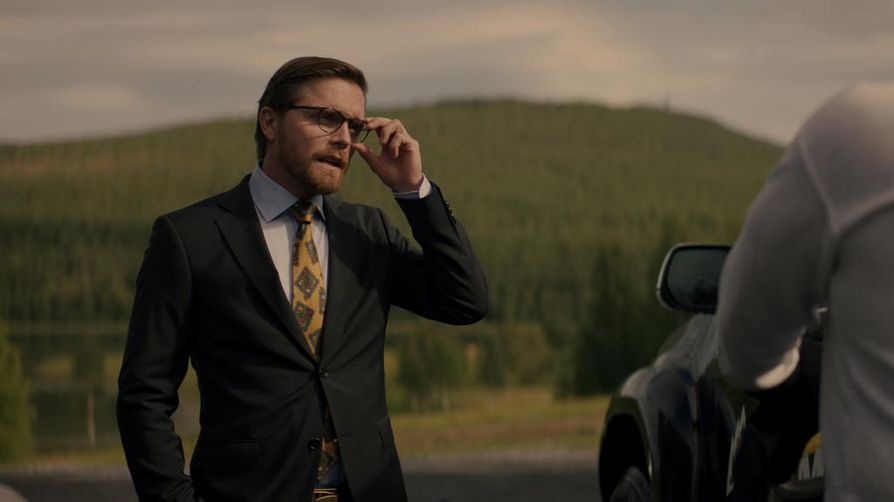 Markus Lindmark (Pelle Heikkilä) haluaa tuota taantuvalle pikkupaikkakunnalle työtä ja toimeentuloa kaivoksellaan.