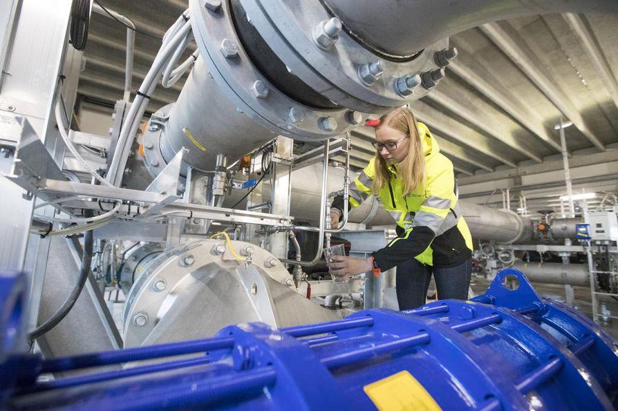 Oulun jätevedenpuhdistamon laajennusosan rakentamiskustannukset koneineen ja laitteineen olivat noin 13 miljoonaa euroa. Kuvassa diplomityöntekijä Sofia Risteelä laskee kuppiin puhdistettua vettä.