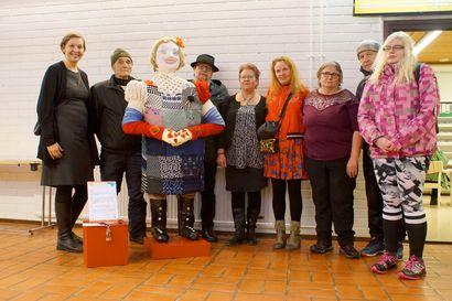Pudasjärven kirjasto ja uimahalli saivat sosiaalisen taiteen teokset – Hilma jää kirjastoon, monoliitit Puikkariin