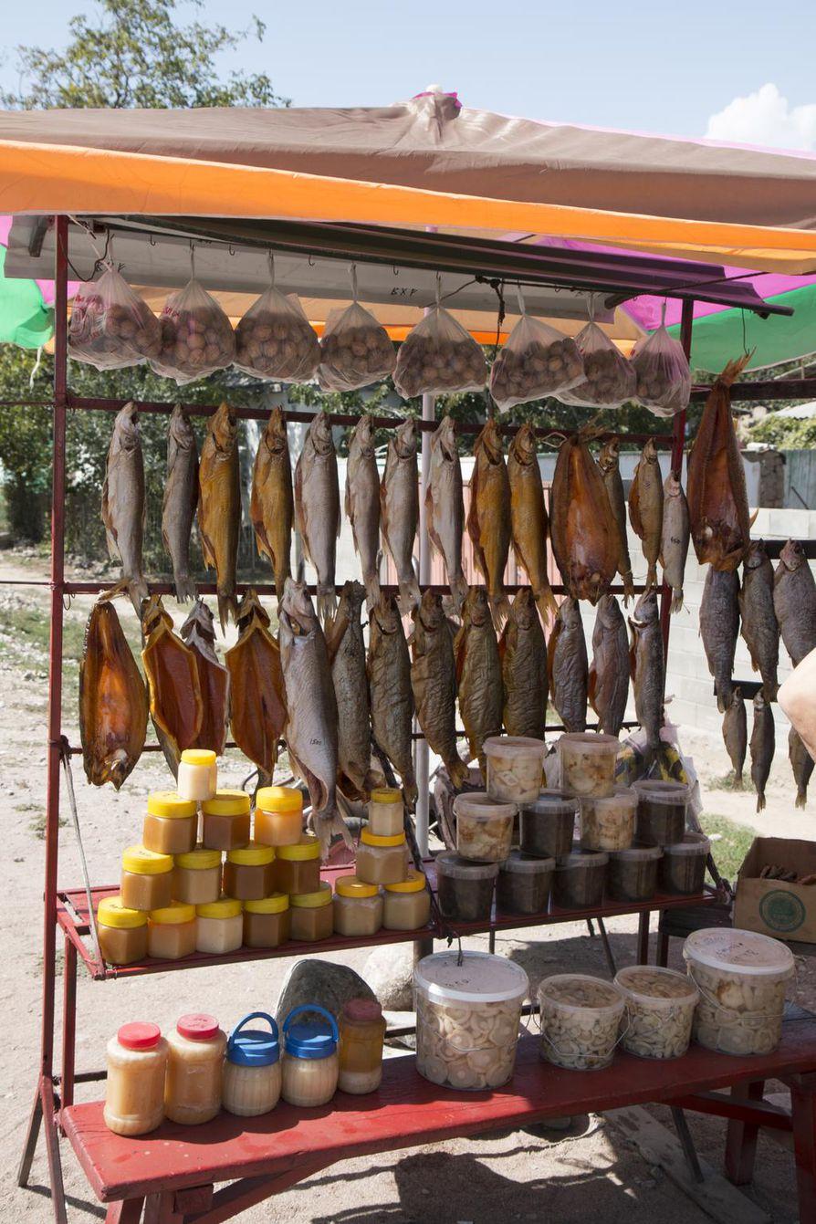 Tienvarsikojuissa kaupitellaan savukalaa, hunajaa ja sieniä.