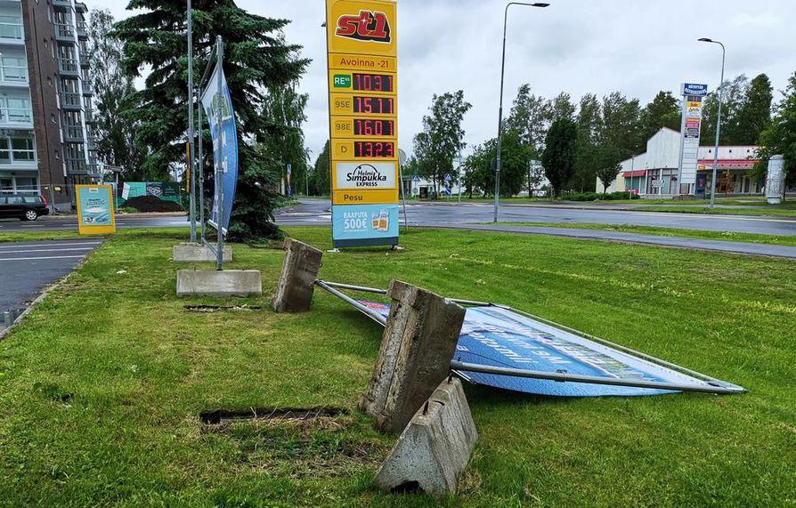 Karjasillalla tuuli kaatoi mainostelineen betonijalkoineen.
