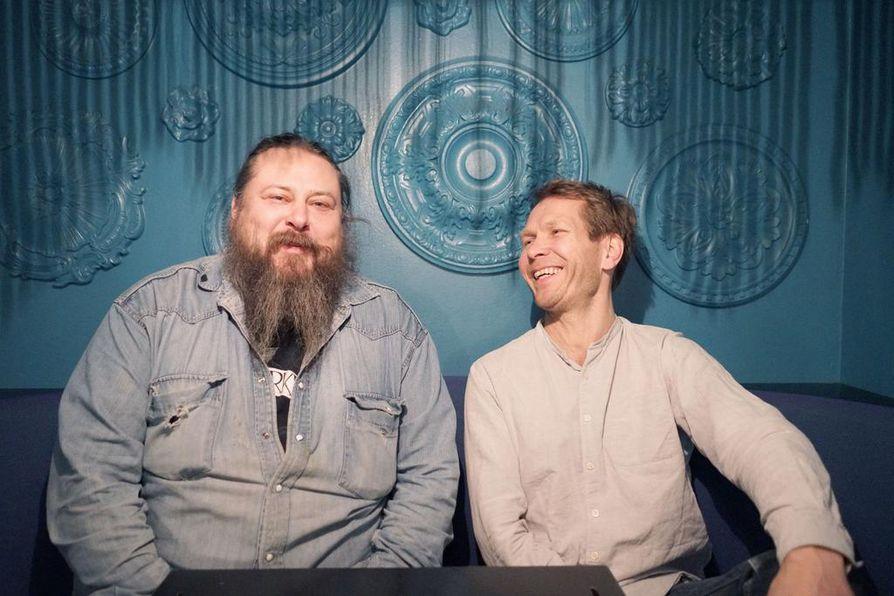Jukka Jylli (vas.) ja Sami Kuoppamäki jatkavat pitkän tauon jälkeen äkillisesti katkennutta Kingston Wallin musiikillista matkaa yhdessä Von Hertzenien veljesten kanssa.