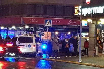 Porin keskustassa ammuttiin useita laukauksia perjantai-iltana – silminnäkijöiden mukaan poliisi otti yhden henkilön kiinni