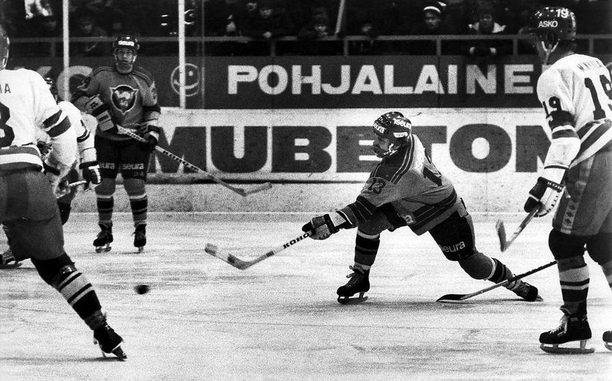 Markku Perkkiö oli 1970-luvun lopulla nostamassa Oulun Kärppiä SM-liigaan. Perkkiön laukaisua  ihastelee taustalla ketjukaveri Hannu Aravirta.