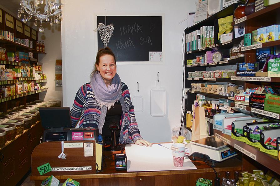 """Anne Tuohino ja Oulun Herkkuhetki Oy palkittiin Vuoden Kaupantekijänä. """"Ennen yrittäjyyttä näin mielessäni jo kauan itseni pyörittämässä tämmöistä pikku kauppaa"""", Anne hymyilee."""
