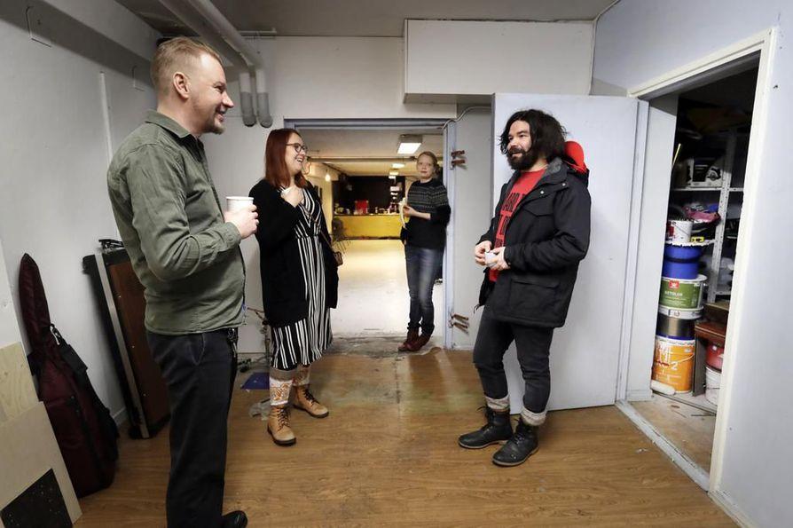 Jukkis Aalto (vas.), Anniina Holappa, Tiina Pehkonen ja Riku Rousu Kulttuuribingon tiloissa.  Kulttuuriyhdistys Kulttuuribingo ry löysi uudet tilat Asemakatu 9:stä viime lokakuussa.