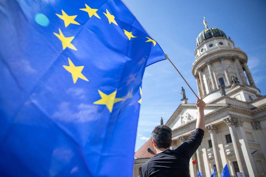 Eurokriittisille puolueille eurovaaleissa ennustettu menestys on saanut myös EU:n tukijat liikkeelle. Saksassa osoitettiin mieltä EU:n puolesta viikonloppuna.