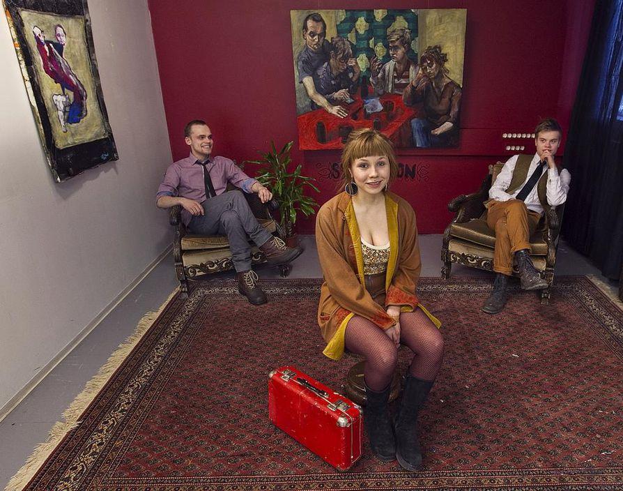 Salonkiartissa pitää tietysti olla salongin puoli, jossa on hienoista lähdön tunnelmaa. Taustalla on Myyrin maalaus Kaipasimme keltaista jaffaa (2012).