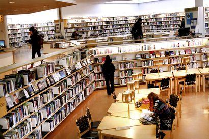 Kirjahankintansa puolittanut Rovaniemen kirjasto sai kirjalahjoituksen –Eino Leinon Seura haluaa huomiota kirjastojen ahdingolle