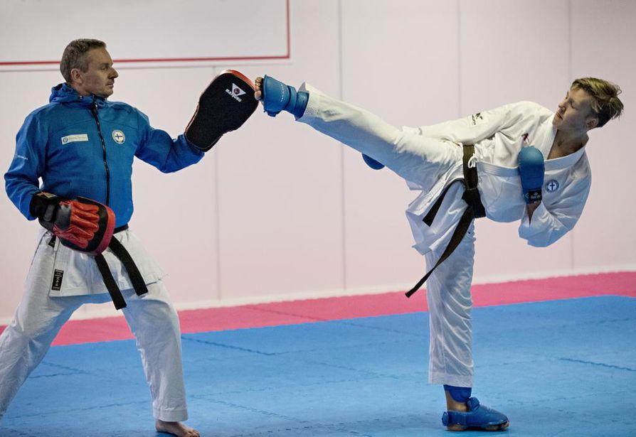 Veikko Peltola (oik.) on ikäluokassaan kansainvälisen tason karateka. Helmikuussa hän edustaa Suome EM-kisoissa. Kuvassa sparraajana Mika Alamaula.