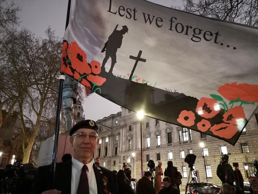 George Cuwie halusi brexit-yönä kunnioittaa brittiarmeijaa ja kansallisia arvoja Winston Churchillin patsaalla.