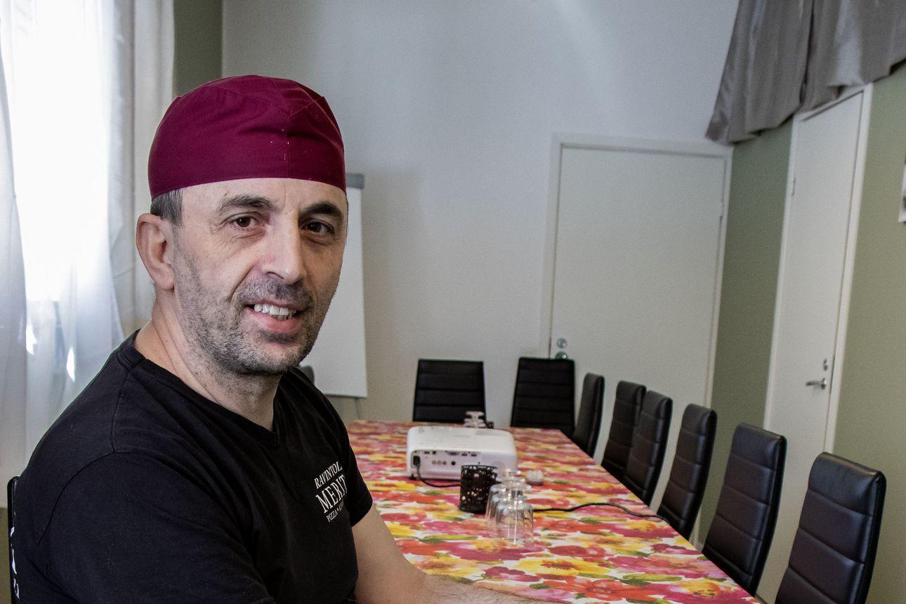 Pitserian paikka on tuttu, mutta nimi vaihtui Meritaksi – Lumijoen uusi yrittäjä Basri Gashi on kokenut kokki, joka myi Pudasjärvellä sijainneen pitseriansa päästäkseen lähemmäs kotia