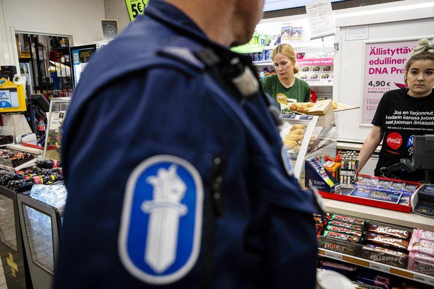 R-kioskin lisäksi päärautatieaseman lähistöllä öisin on auki vain yksi marketti. Myyjät Susanna Fellman (vas) ja Iida Alanen kertovat, että poliisin näkyminen kioskilla rauhoittaa väliin villiksi riehaantuvaa menoa kummasti.