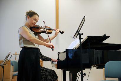 Kesän viime hetket -konsertti tarjoili tunteikasta tulkintaa Pyhännän seurakuntatalolla – katso videolta otteita taidokkaasta soitannasta