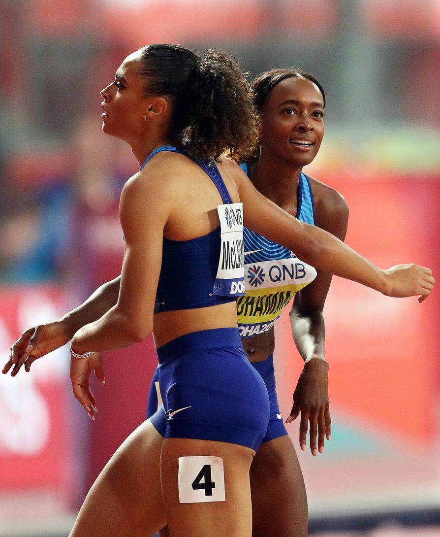 Dalilah Muhammad (oik.) kirmasi                                 400 metrin aidoissa uuden maailmanennätyksen. Sydney McLaughlin jäi kisassa toiseksi.