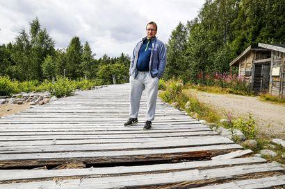 Suosittu reitti lahonnut pilalle – Rovaniemen Vikakönkäällä mätiä polttopuita ja lahonneita laavupihan lautoja