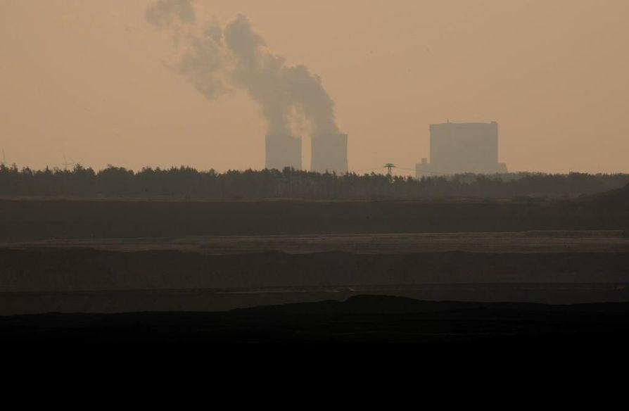 Saksalaista ilmaa. Vesihöyryä nousee vielä brandenburgilaisen hiilivoimalaitoksen jäähdytystorneista. Maan hiilivoimatuotanto on määrä ajaa alas vuoteen 2038 mennessä.