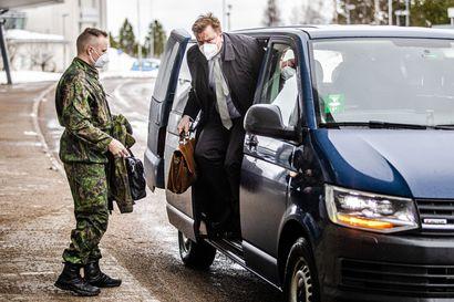 Puolustusministeri Antti Kaikkonen vakuuttaa, ettei hävittäjäkauppa vaaranna Lapin lennostoa
