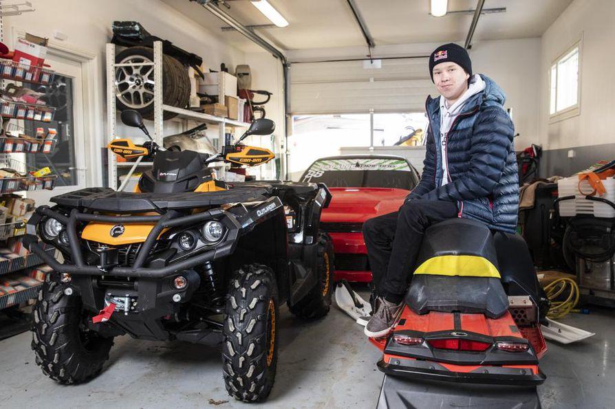 Kalle Rovanperällä on kotona Puuppolassa oma autotalli, missä hän säilyttää muun muassa moottorikelkkaa, mönkijää ja drifting-autoaan.