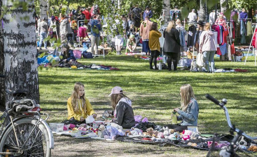 Siivouspäivän kirpputoritapahtuma on ollut Oulussa suosittu.