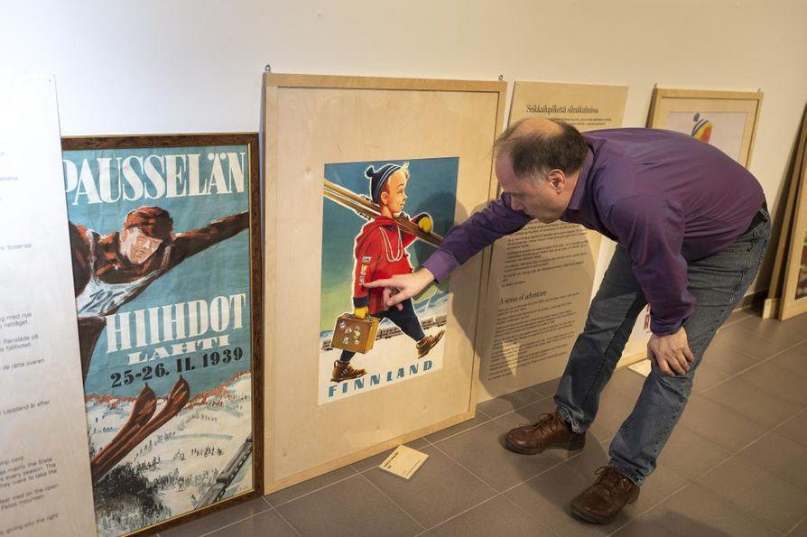 """Yksi tunnetuimmista graafikko Osmo K. Oksasen junajulisteista """"suksipoika"""", Magnus Londen kertoo."""