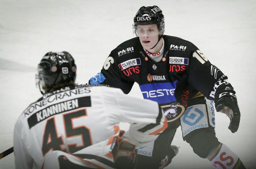 Uros on Oulun Kärppien liigajoukkueen pääsponsori, mikä näkyy muun muassa pelipaidoissa ja -sukissa. Kuvassa Kärppien liigatulokas Olli Vanttaja joulukuisessa HPK-ottelussa.