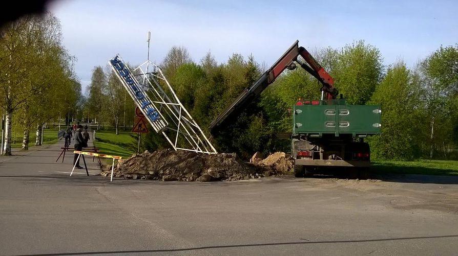 Lukija otti kuvan, kun legendaarinen Kuusisaaren nimitorni oli siirtymässä kuorma-auton kyytiin.