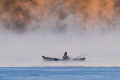 """Tammikuun lukijakuvassa esitellään oululaista kalastusta paukkupakkasessa – """"Melkoiset höyryt nousivat Hartaanselältä"""""""