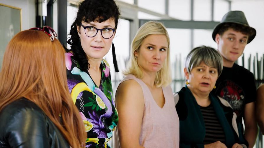 Kellot Soi -komediassa Pihla Penttinen (vas) esittää bimbomaista Virveä, Minttu Mustakallio omalaatuista rehtori Minerva Böhmiä. Laura Malmivaaran roolina on asiallisen kompakti vararehtori, Sanna-Kaisa Palo paheksuu Pirkon roolissa kaikkea ja kaikkia.