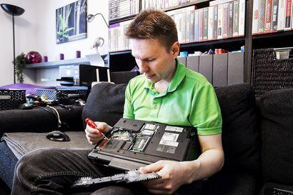 Digitalkkari Jari Kokko huoltaa käytettyjä koneita ja lahjoittaa ne koululaisille kotiopiskeluun – romustakin laitteesta voi saada uudenveroisen